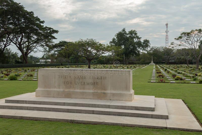 Den Chungkai krigkyrkogården i Thailand, var tusentals förbundna POWs, som dog på Thailand - Burmadödjärnväg, begravas royaltyfri fotografi