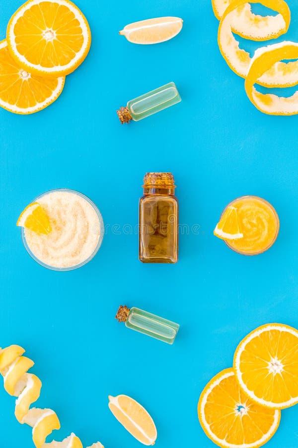 Den citrusa orange skönhetsmedlet för naturligt brunnsortbad på blå tabellbakgrundsöverkant beskådar upp falskt royaltyfri foto