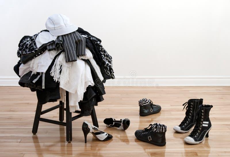 den clothing oordnade högen shoes stolen royaltyfri bild