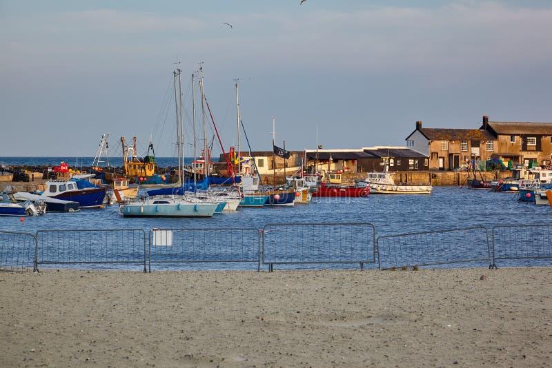 Den Cobb hamnen av Lyme Regis Västra Dorset england royaltyfri fotografi