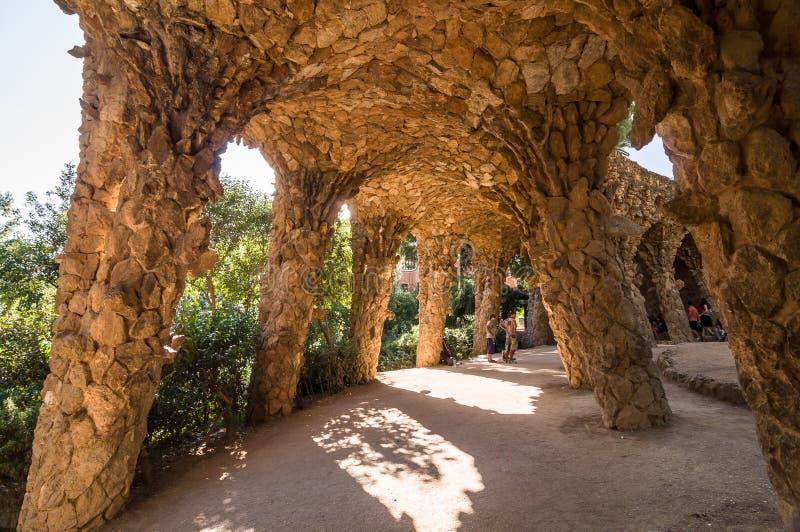 Den Colonnaded vandringsledet under körbanaviadukten, parkerar Guell royaltyfria bilder