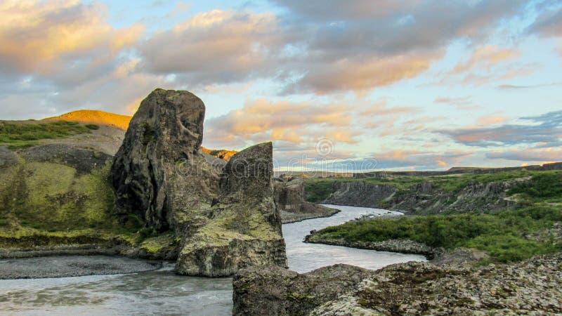 Den Columnar basaltet vaggar bildande och floden, tid för den Vesturdalur durigsolnedgången, Asbyrgi, nordliga Island fotografering för bildbyråer