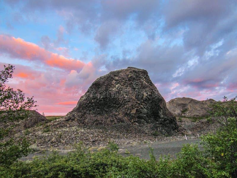 Den columnar basaltet vaggar bildande på Vesturdalur, Asbyrgi, den Vatnajokull nationalparken, nordost av Island, Europa royaltyfria bilder