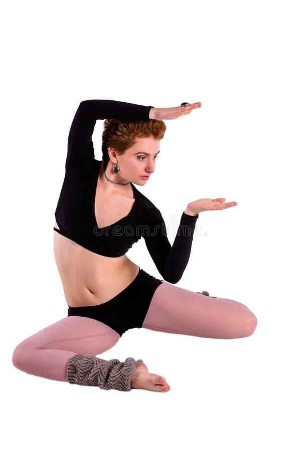 Den Contempopary dansaren poserar in på golvet royaltyfri fotografi