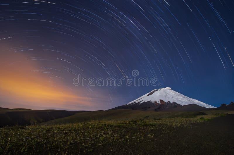 Den Cotopaxi vulkan i Ecuador, nattskott med stjärnan skuggar arkivfoto