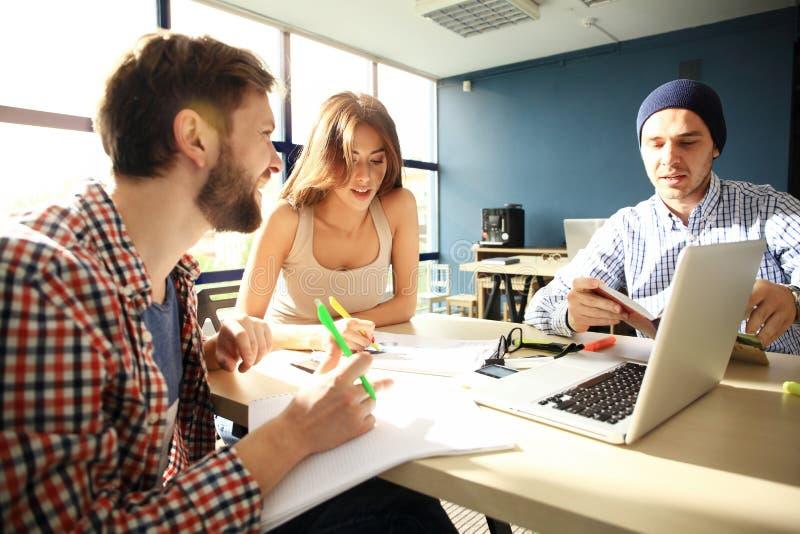 Den Coworking processen, formgivare team det funktionsdugliga moderna kontoret Ung idérik chef för foto som visar den nya startup arkivfoto