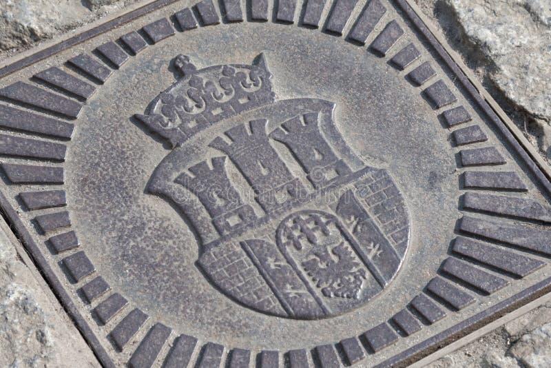Den Cracow vapenskölden/armen gjorde av metall Symbol av closeupen för Krakow stadsemblem Begrepp av vapnet för Cracow stålfamilj arkivbild