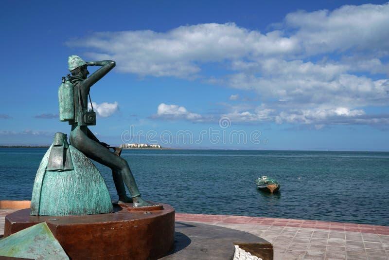 Den Custeau statyn i La Paz Baja California Sur, den Mexico stranden nära havspromenaden kallade Malecon arkivbilder