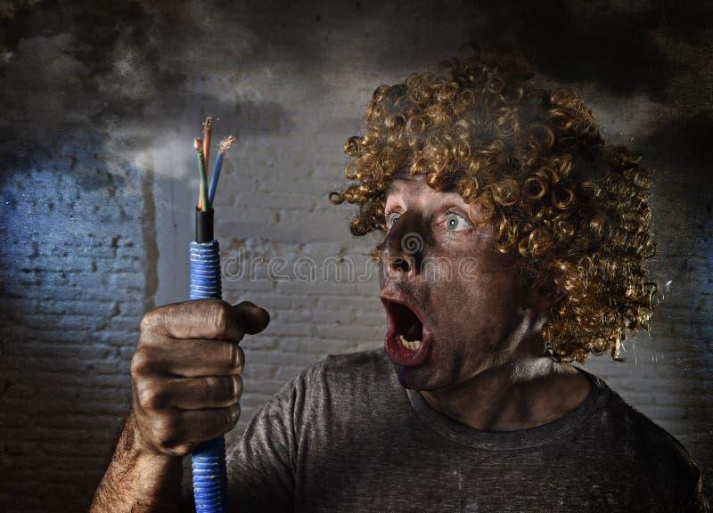 Den dödade med elektrisitet mannen med kabel som röker efter inhemsk olycka med smutsig bränd framsidachock, dödade med elektrisi fotografering för bildbyråer