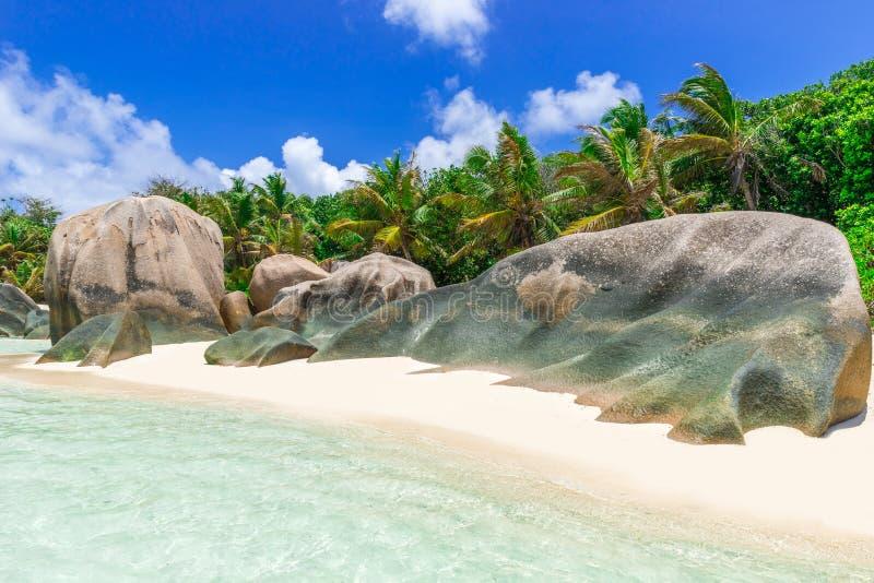 Den d'Argent Anse källan - sätta på land på öLa Digue i Seychellerna arkivbild