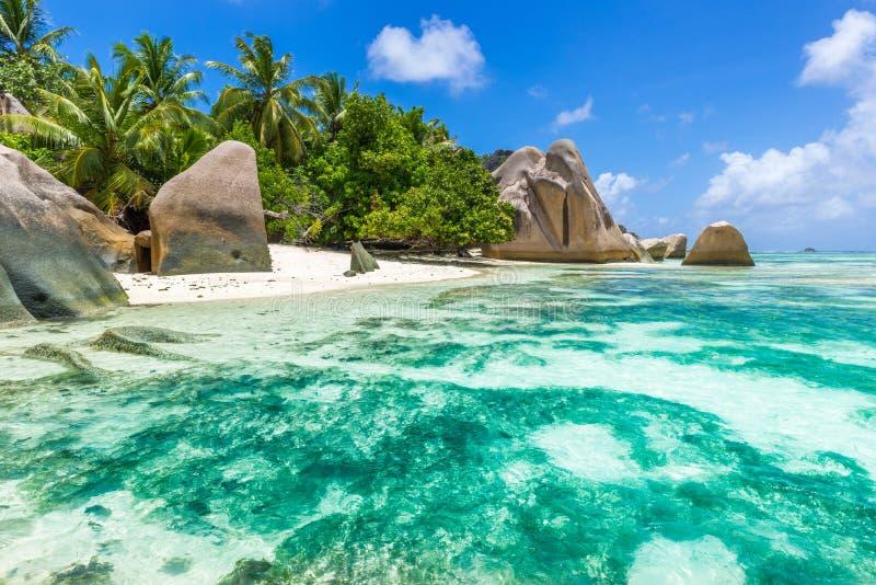 Den d'Argent Anse källan - sätta på land på öLa Digue i Seychellerna arkivfoto
