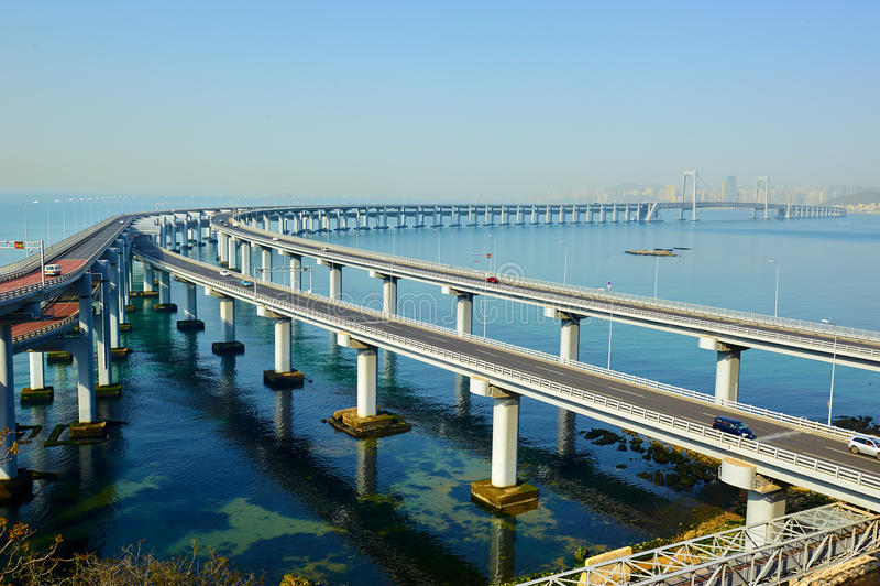 Den Dalian kors-hav bron arkivfoton