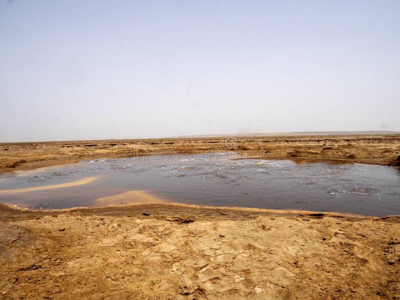 Den Danakilian fördjupningen av olika fumaroles, ånga dyker upp och vattenflöden ut ethiopia royaltyfri foto