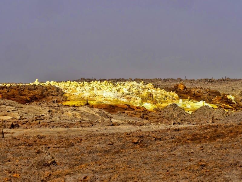 Den Danakilian fördjupningen av olika fumaroles, ånga dyker upp och vattenflöden ut ethiopia arkivbilder