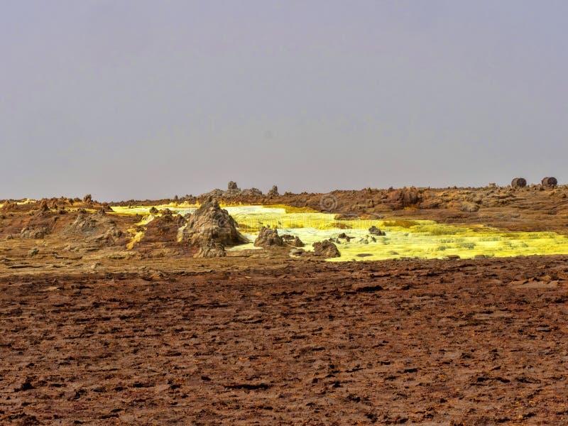 den Danakilian fördjupningen av olika fumaroles, ånga dyker upp och vattenflöden ut ethiopia fotografering för bildbyråer