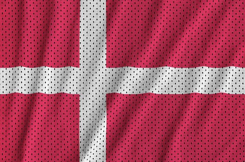 Den Danmark flaggan skrivev ut på ett tyg för ingrepp för polyesternylonsportswear royaltyfria bilder