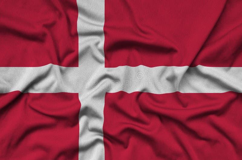 Den Danmark flaggan visas på ett sporttorkduketyg med många veck Baner för sportlag fotografering för bildbyråer