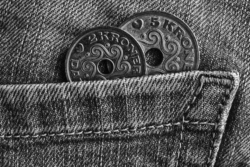 Den Danmark myntvalören är kronan för 5 och 2 krone i facket av gammal sliten grov bomullstvilljeans, monokromskott royaltyfri bild
