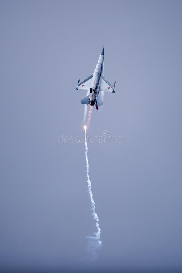 Den danska falken för stridighet F-16 i snabb handling som tappar fl royaltyfri foto