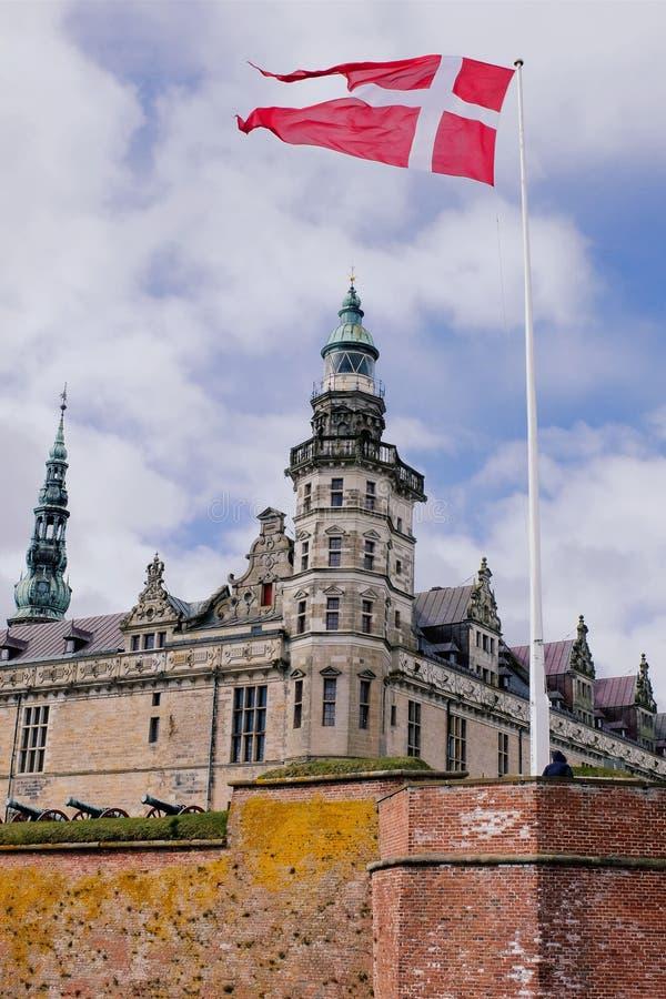 Den danska flaggan och Kronborg slotten arkivfoton