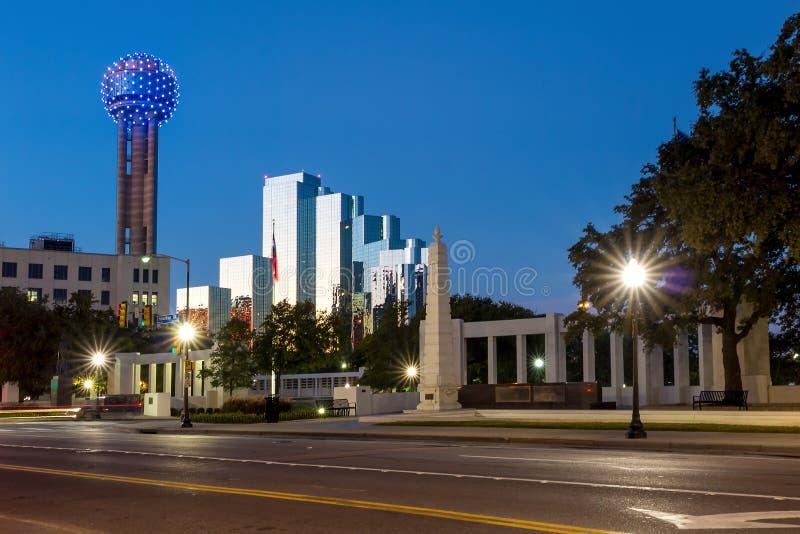 Den Dealy plazaen och dess omgeende byggnader i Dallas arkivbild
