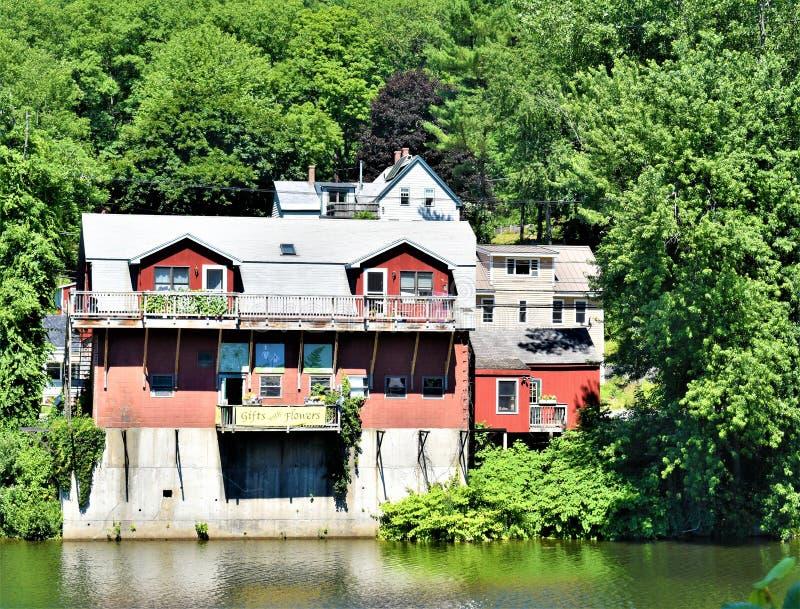 Den Deerfield floden och Buckland beskådar taget från bron av Fowers, Shelburne nedgångar, Franklin County, Massacusetts, Förenta arkivfoto