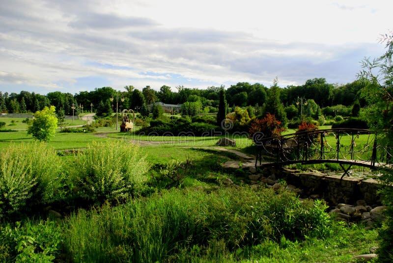 Den dekorativa bron i parkerar gränden, landskapdesign arkivbilder