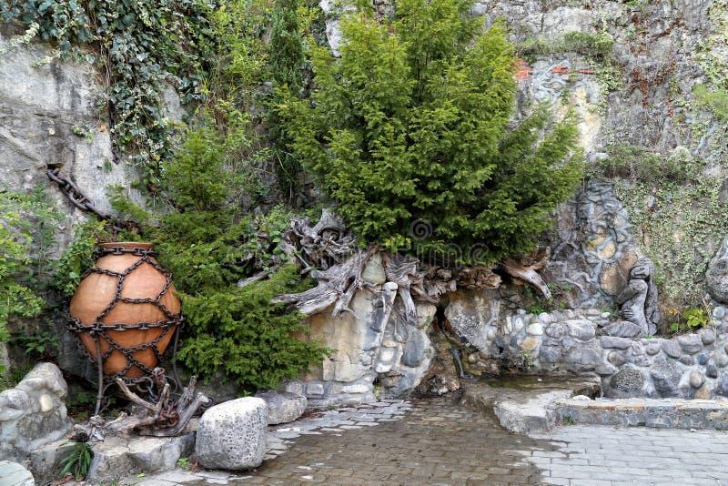 Den dekorativa designen av vaggar nära vattenfallet i centret royaltyfri fotografi