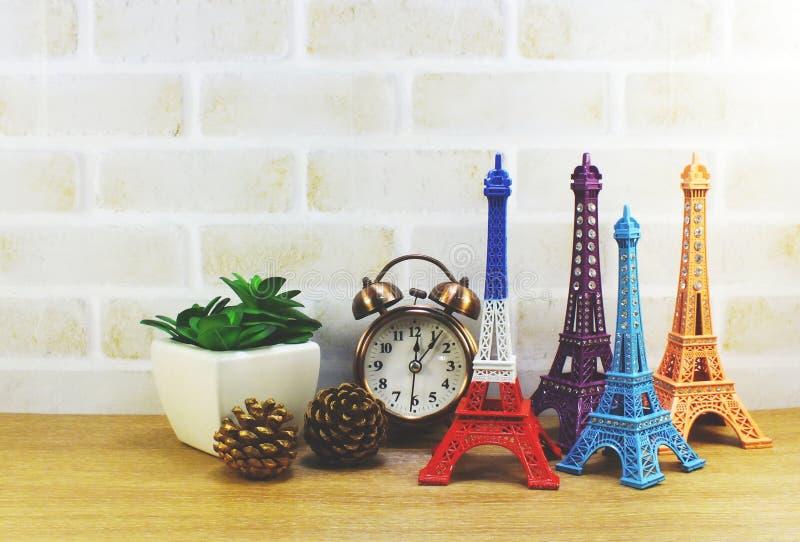 Den dekorativa Eiffeltorn och den olika hem- dekoren gällde objekt royaltyfri fotografi