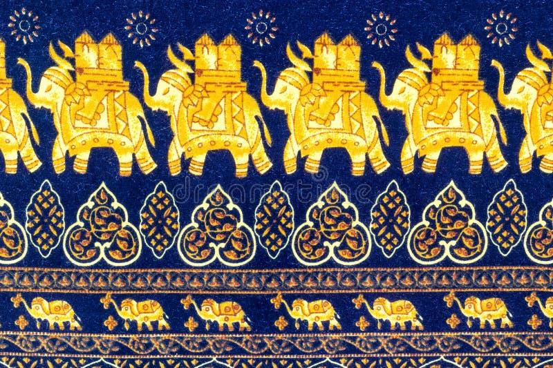 Den dekorativa nära övre elefanten mönstrar royaltyfri foto