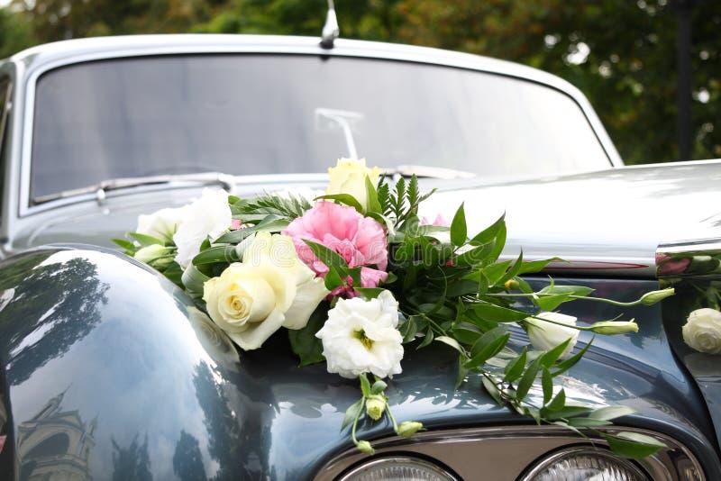 den dekorerade bilen blommar bröllop royaltyfri foto