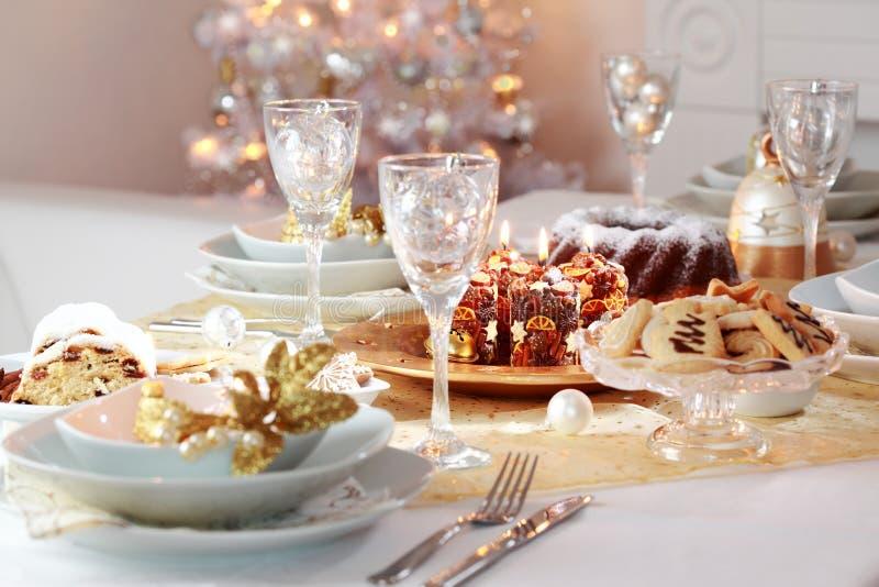 Den dekorerade julen bordlägger royaltyfri fotografi