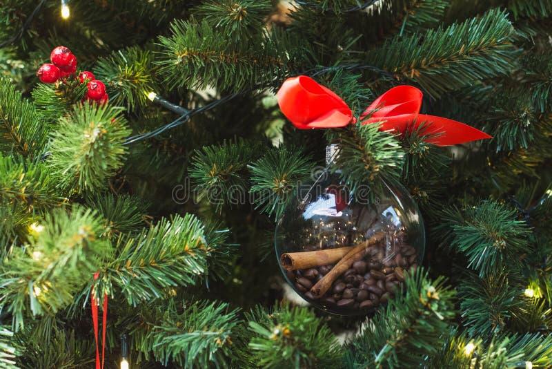 Den dekorerade julgranen handcrafted den diy leksaken från kaffebönor close upp royaltyfri bild