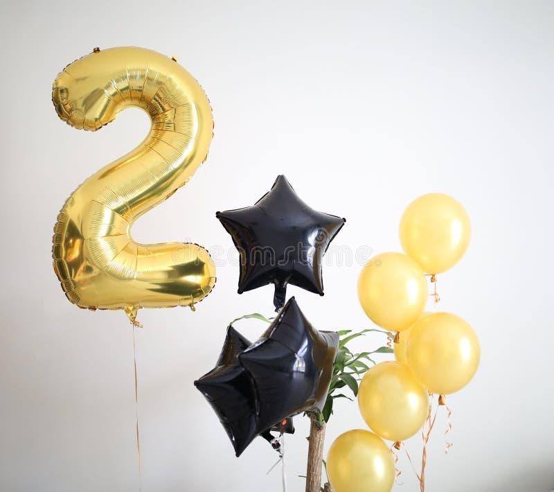 Den dekorerade partizonen är klar för en beröm för lycklig födelsedag, hemma royaltyfri foto