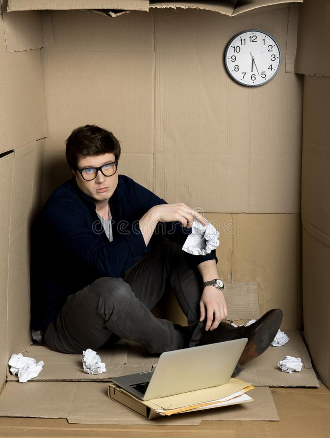 Den deprimerade chefen uttrycker trötthet på arbete royaltyfri bild