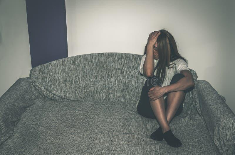Den deprimerade och ensamma flickan som missbrukas som ungt sammanträde bara i hennes rum på den bedrövliga sängkänslan och ånges arkivbilder