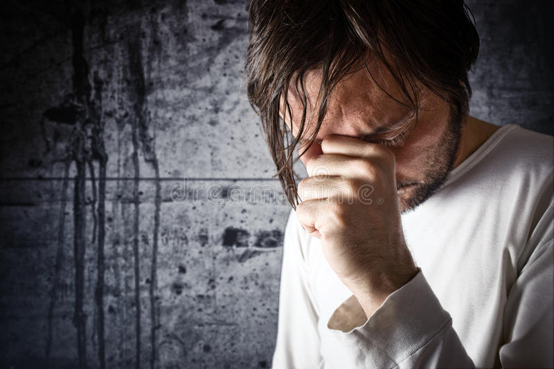Den deprimerande mannen gråter royaltyfri bild