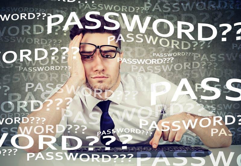 Den desperata mannen som försöker att logga in i hans dator, glömde lösenord arkivbild