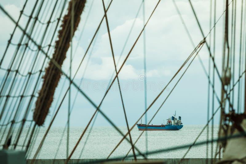 Den detaljerade closeupen av mastriggning seglar på fartyget arkivbilder
