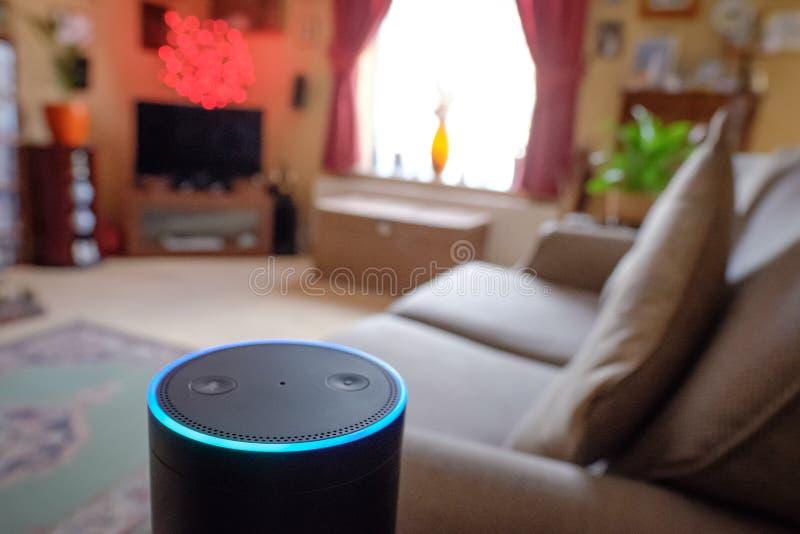 Den detaljerade sikten av överkanten av väl en veta, internet förband den smarta assistenten och högtalaren