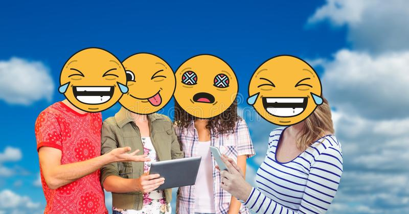 Den Digital frambragda bilden av vänframsidor som täckas med emoji genom att använda den digitala minnestavlan och, ilar telefon  royaltyfri illustrationer