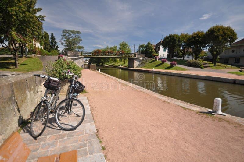 Den Digoin kanalbron och Voies Verte cyklar vägen arkivfoton