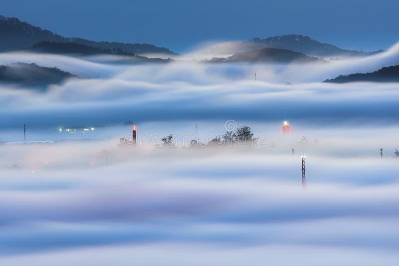 Den dimmaräkningsDalat platån landar, Vietnam, bakgrund med magi av den täta dimman och solstrålarna, solsken på gryningdel 25 royaltyfria foton