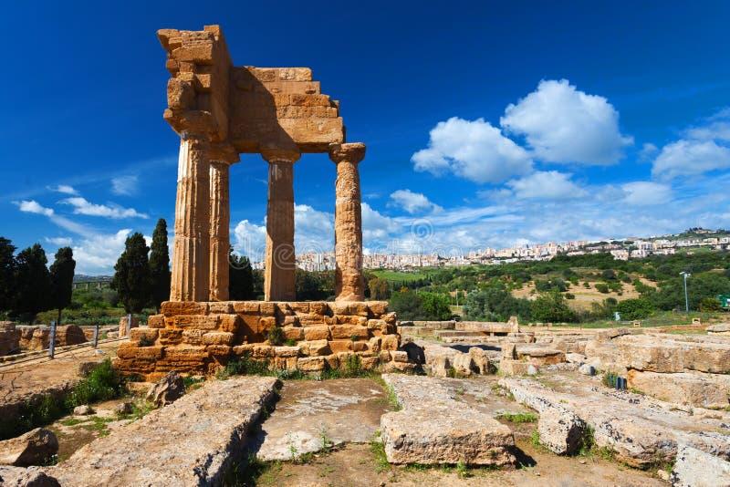 Den Dioscuri templet i arkeologiska Argrigento parkerar i Sicilien royaltyfria bilder