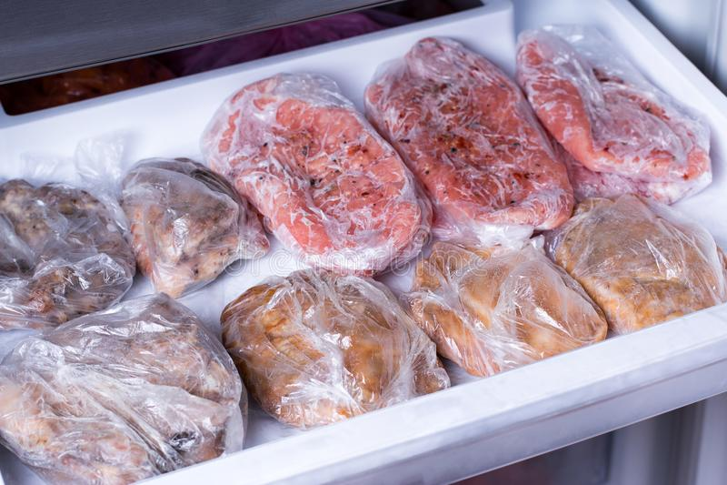 Den djupfrysta griskötthalsen hugger av köttsteakin frysen Djupfryst mat royaltyfria foton