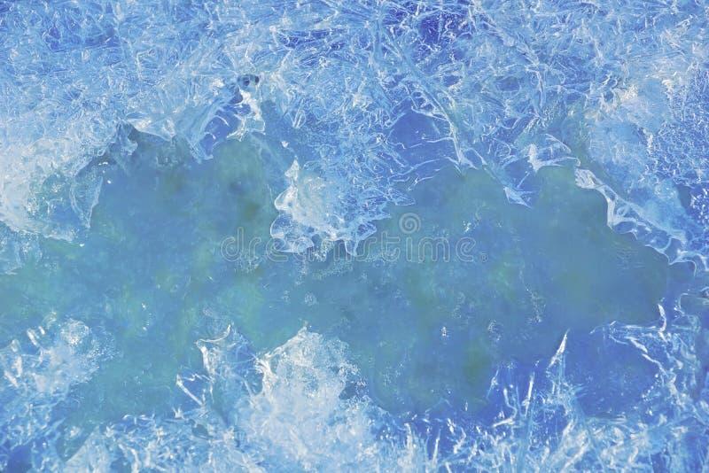 Den djupfrysta strömmen i skogen, texturen av isen royaltyfri foto