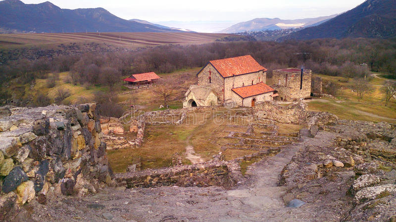 Den Dmanisi slotten fördärvar med Dmanisi Sioni (Kvemo-Kartli, Georgia) royaltyfria foton