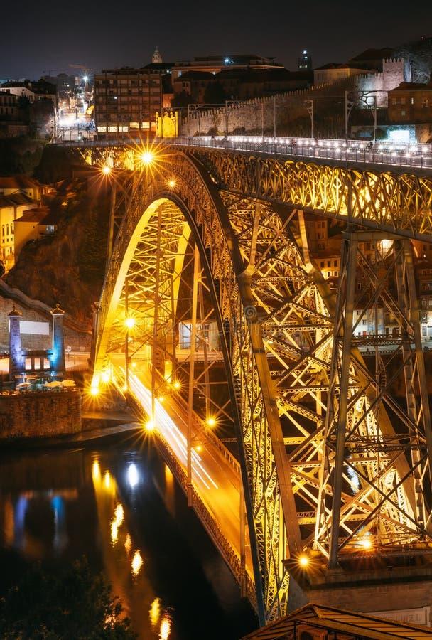 Den Dom Luis I bron exponerade på natten i Porto arkivfoto