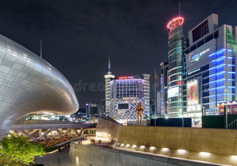 Den Dongdaemun designplazaen på centret av Seoul, Sydkorea royaltyfri fotografi