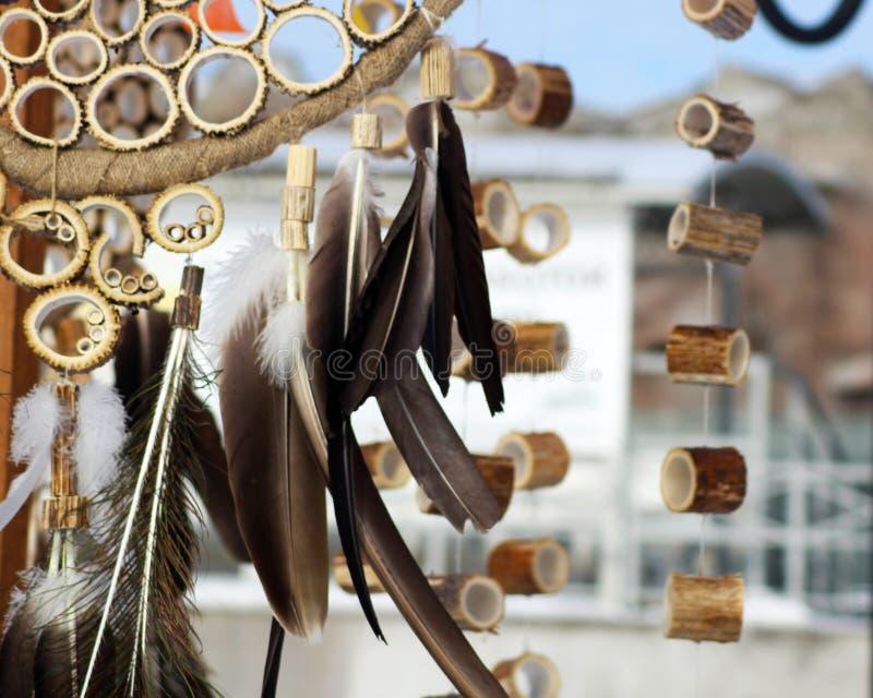 Den dröm- stopparen med fjädrar dragar och pryder med pärlor att hänga för rep Handgjorda Dreamcatcher royaltyfria bilder